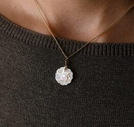 真珠貝の花のネックレス